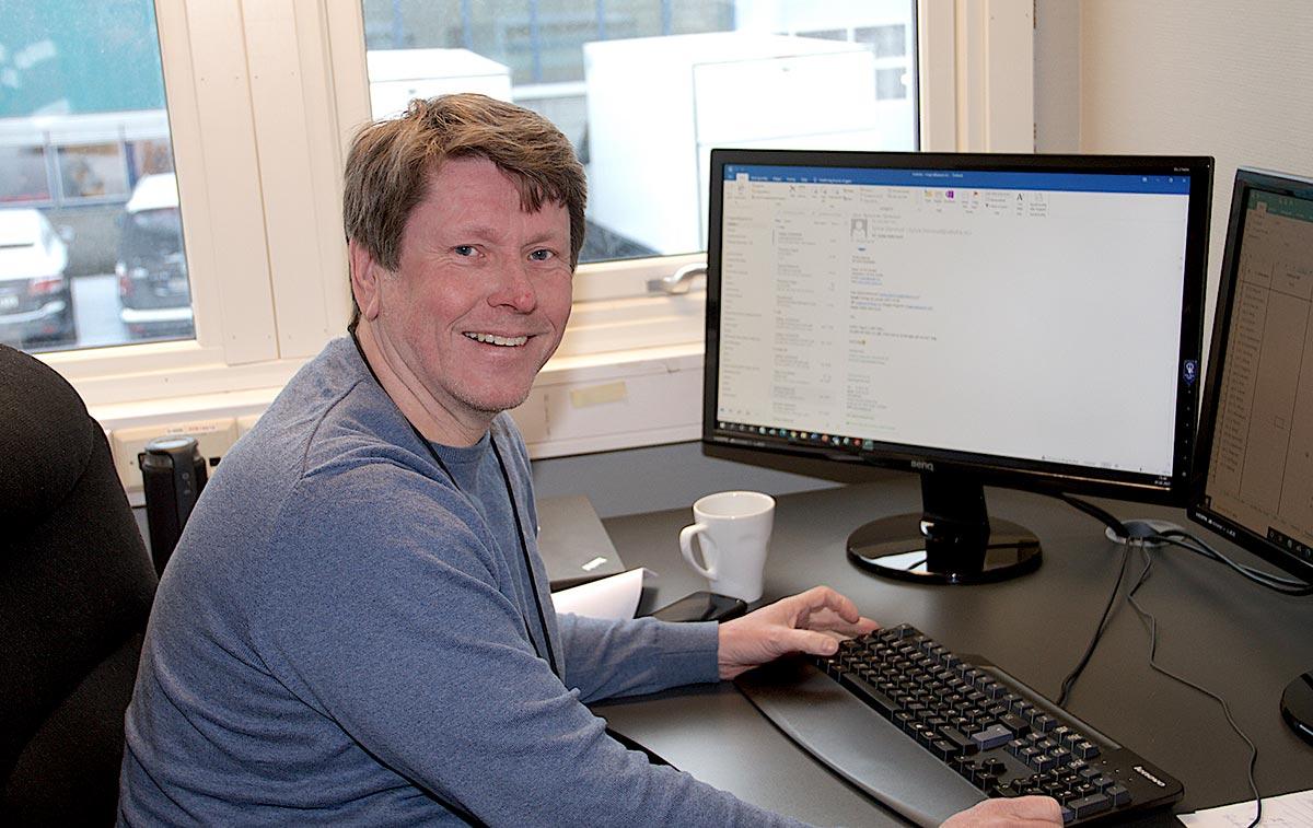 Magne Rognlid, daglig leder for administrasjonskontoret for havnearbeid sitter foran en pc