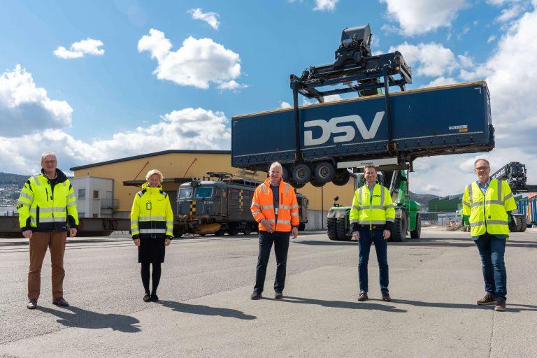 Fra venstre: Havnedirektør ved Drammen havn; Einar Olsen, administrerende direktør i Norgips; Hilde Kristin Herud, branch manager hos Greencarrier; Terje Alm, administrerende direktør i DSV Road AS i Norge; Rune Berg Stiansen og salgs- og markedsdirektør i CargoNet; Knut Brunstad.