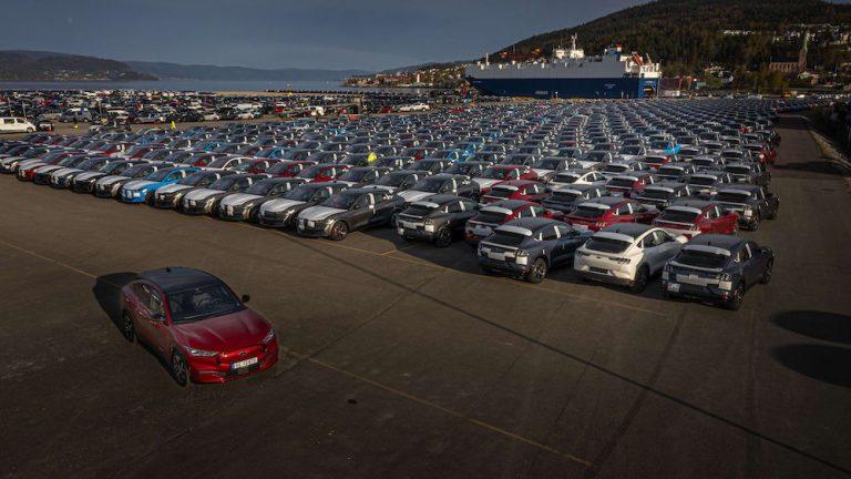 Nye Mustang Mach-E står parkert paa Drammen havn.