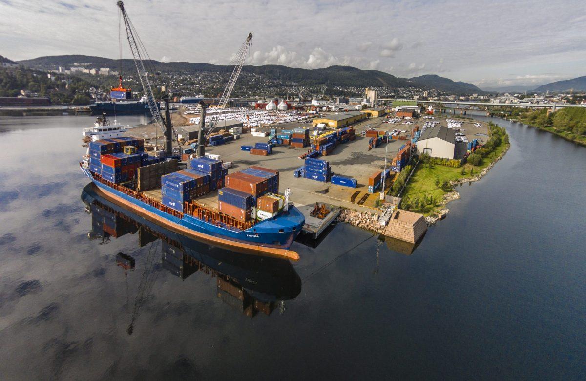 Drammen havn sett overnfra med motorveibrua i bakgrunnen